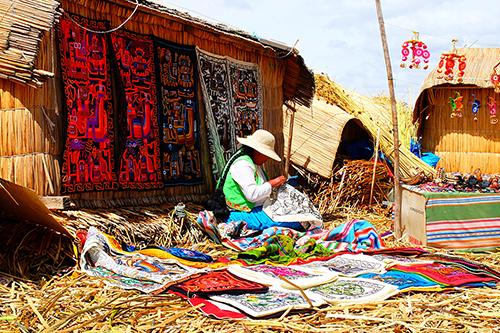 Artesa tecendo vestimentas, em Arequipa, no Peru