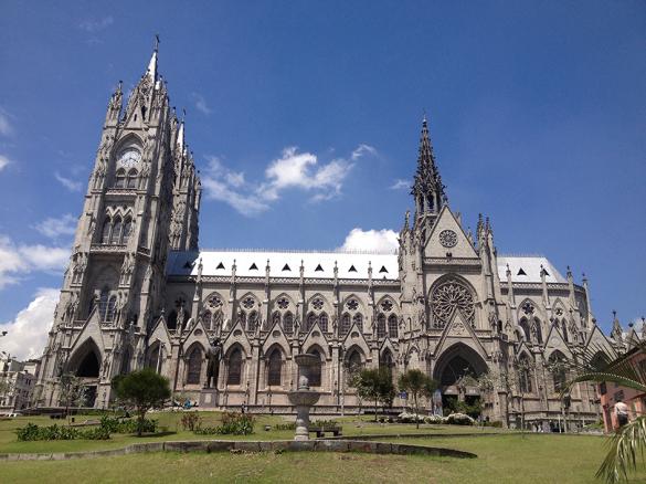 Fachada da gigantesca Basílica del Voto Nacional com seus 117 metros de altura.
