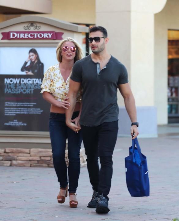 Britney Spears and her boyfriend Sam go shopping