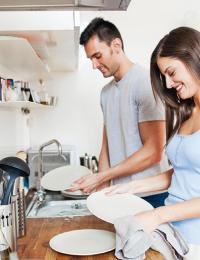 casal-lavando-louca-1510076286403_v2_1920x1280